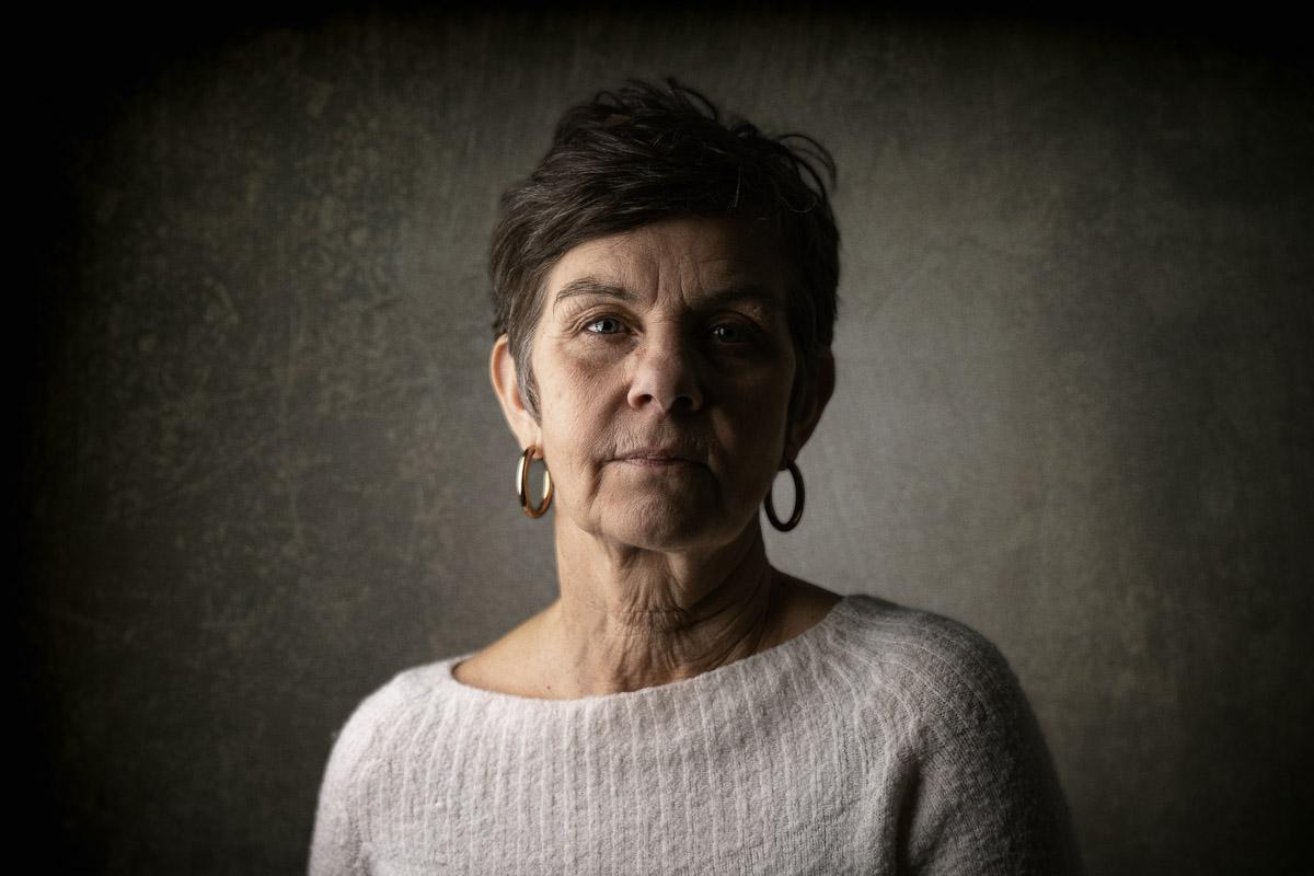 Dramatiskt studio porträtt av kvinna
